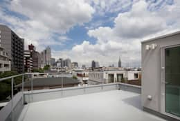 屋上テラス: 有限会社角倉剛建築設計事務所が手掛けたベランダです。
