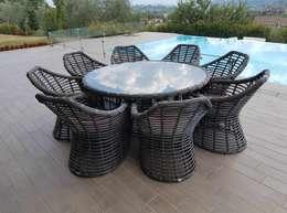 Tavolo e sedie da esterno di design Asteria:  in stile  di Uniko