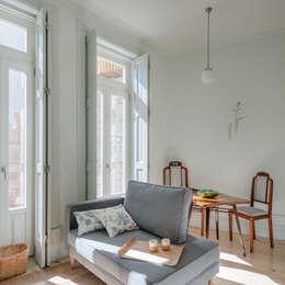 Sala de estar e de jantar - Piso 0: Salas de estar minimalistas por Pedro Ferreira Architecture Studio Lda