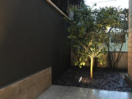 Forti contrasti: Giardino anteriore in stile  di Au dehors Studio. Architettura del Paesaggio