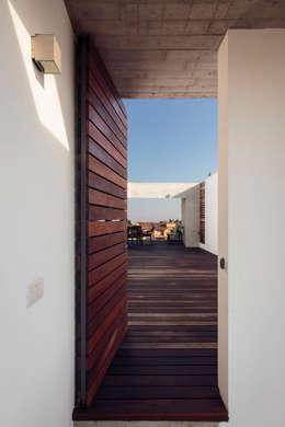 Edificio VH: Pasillos y recibidores de estilo  por BCA taller de diseño
