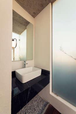 Edificio VH: Baños de estilo  por BCA taller de diseño