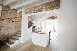 Reforma Casa St Genis : Cocinas de estilo mediterráneo de Abrils Studio