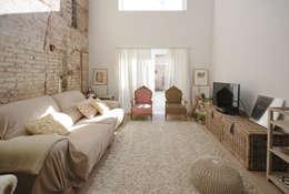 Reforma Casa St Genis : Salones de estilo mediterráneo de Abrils Studio