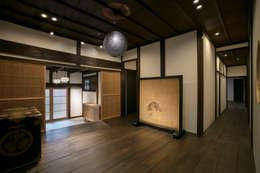 玄関ホールー室内から: 株式会社井蛙コレクションズが手掛けた廊下 & 玄関です。