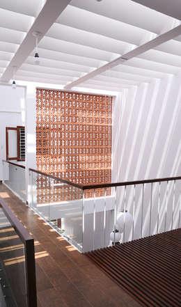 Thiết Kế Nhà Ống 3 Tầng Hướng Nội, Chan Hòa Với Thiên Nhiên:  Mái by Công ty TNHH Xây Dựng TM – DV Song Phát