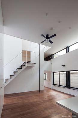 リビングの階段と高い天高: 石川淳建築設計事務所が手掛けたリビングです。
