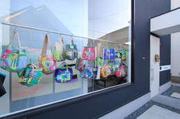 布作品の展示窓: 石川淳建築設計事務所が手掛けた窓です。