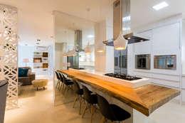 RESIDENCIAL 11: Armários e bancadas de cozinha  por Apê 102 Arquitetura