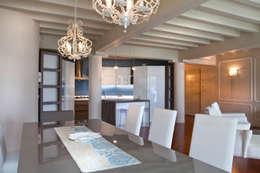 La zona living con il grande tavolo da pranzo: Sala da pranzo in stile in stile Moderno di Fab Arredamenti su Misura