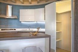 Particolare cucina su misura: Cucina attrezzata in stile  di Fab Arredamenti su Misura