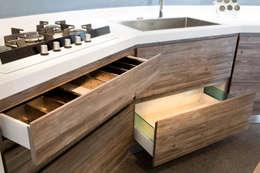 مطبخ ذو قطع مدمجة تنفيذ Fab Arredamenti su Misura