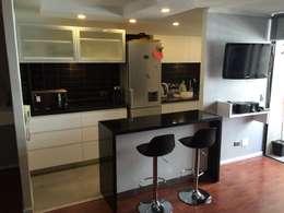 Cocina americana en moderno departamento: Cocinas equipadas de estilo  por PICHARA + RIOS arquitectos