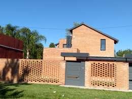 FACHA PRINCIPAL: Casas unifamiliares de estilo  por ECOS DE SOL (Ingeniería y Construcción)