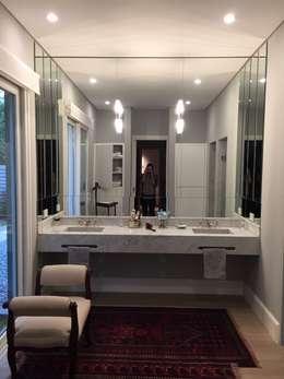 CASA EN TORTUGAS CC: Baños de estilo clásico por Estudio Dillon Terzaghi Arquitectura