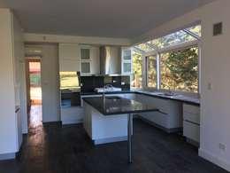 CASA EN SAINT THOMAS CC: Cocinas a medida  de estilo  por Estudio Dillon Terzaghi Arquitectura
