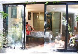 Casa Gold: Dormitorios de estilo asiático por MINUÉ Arquitectura