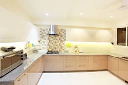 Lotus Apartment: modern Kitchen by Saloni Narayankar Interiors