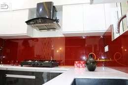 Kitchen Counter Top in Quartz Stone White: modern Kitchen by Enrich Interiors & Decors