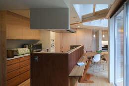 キッチン: 芦田成人建築設計事務所が手掛けたシステムキッチンです。