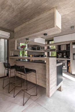 Casa Aranzazu: Cocinas de estilo moderno por Besonías Almeida arquitectos