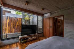 Casa Aranzazu: Dormitorios de estilo moderno por Besonías Almeida arquitectos
