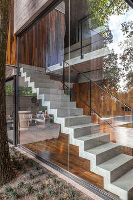 Casa Aranzazu: Escaleras de estilo  por Besonías Almeida arquitectos