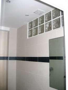 Baño en blanco con adorno de gresite de cristal en turquesa: Baños de estilo moderno de Almudena Madrid Interiorismo