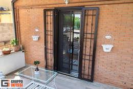 Puertas de entrada de estilo  por Gruppo Infissi
