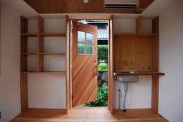 Puertas de estilo  por 丸菱建築計画事務所 MALUBISHI ARCHITECTS