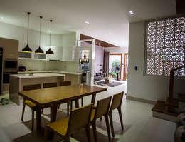 Mẫu Thiết Kế Nhà 4 Tầng 8x12m Hướng Tây Luôn Mát Mẻ Ở Gò Vấp:  Tủ bếp by Công ty TNHH Xây Dựng TM – DV Song Phát