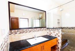 Saravanan Residence: classic Bathroom by M/s Studio7 Architects