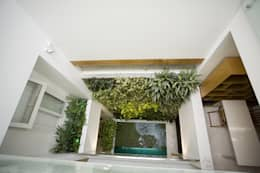 Giếng trời giúp thuận tiện trong việc lưu thông không khí bên trong nhà.:  Hành lang by Công ty TNHH Xây Dựng TM DV Song Phát