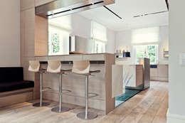 Villa mit Stil und voller technischer Finessen - Hightech-Wohnen: moderne Küche von Gira, Giersiepen GmbH & Co. KG
