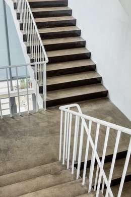아뜰리에 채연: L'eau Design의  계단