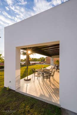 Terraza y jardín posterior: Terrazas de estilo  por René Flores Photography