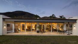Terraza y jardín posterior: Casas de estilo clásico por René Flores Photography