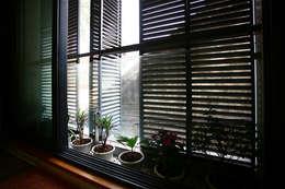Ngôi Nhà 4 Tầng 45m2 Thông Thoáng Nhờ Thiết Kế Giếng Trời Thông Minh:  Cửa sổ gỗ by Công ty TNHH Xây Dựng TM – DV Song Phát