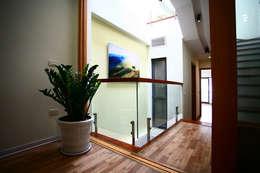 Ngôi Nhà 4 Tầng 45m2 Thông Thoáng Nhờ Thiết Kế Giếng Trời Thông Minh:  Hành lang by Công ty TNHH Xây Dựng TM – DV Song Phát