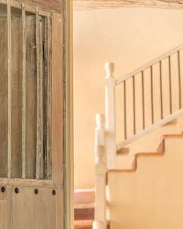 HACIENDA SANTA CRUZ DE PAPARE: Escaleras de estilo  por Maria Teresa Espinosa