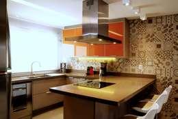 REFORMA RADICAL: Armários e bancadas de cozinha  por Maciel e Maira Arquitetos