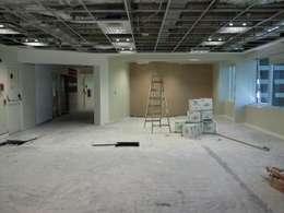 Oficinas Comerciales: Estudios y oficinas de estilo moderno por Arq. SILVA RAFAEL C. & ASOC.