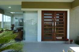 Puertas principales de estilo  por Maciel e Maira Arquitetos