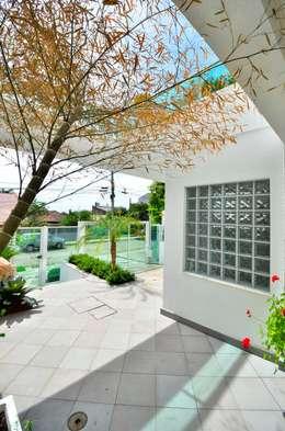 สวนหน้าบ้าน by Maciel e Maira Arquitetos