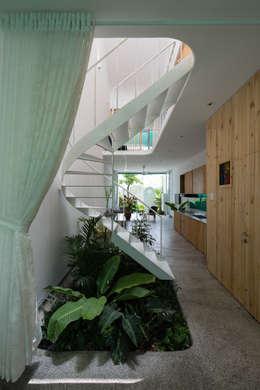 LESS house :  Hành lang by workshop.ha