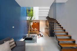 Khu tiểu cảnh với cây cảnh là điểm nhấn thu hút trong khu nhà.:  Cầu thang by Công ty TNHH Thiết Kế Xây Dựng Song Phát