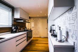 Cocinas de estilo clásico por Saia Arquitetura