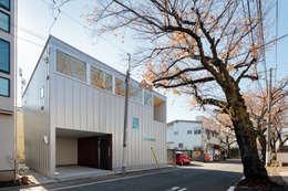 桜並木と暮らす家: 設計事務所アーキプレイスが手掛けた木造住宅です。