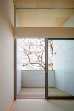 桜並木と暮らす家: 設計事務所アーキプレイスが手掛けたベランダです。