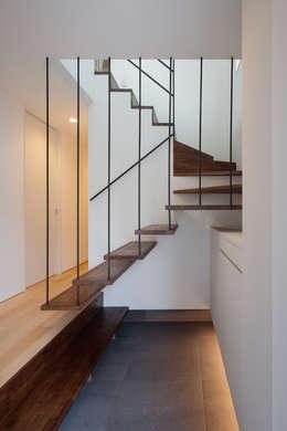 桜並木と暮らす家: 設計事務所アーキプレイスが手掛けた階段です。